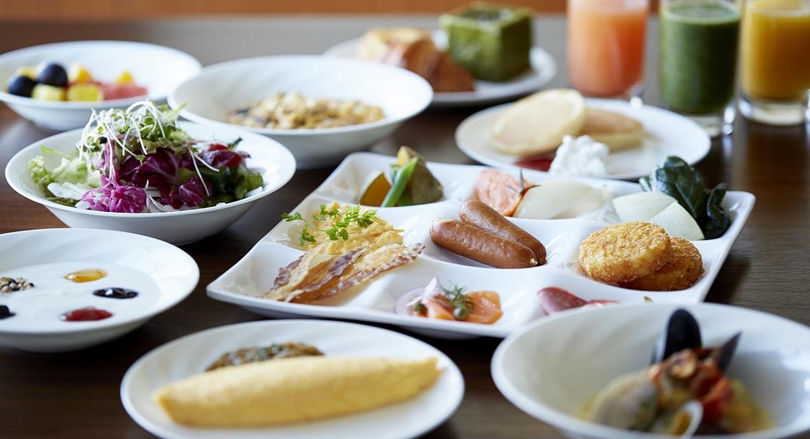 【オプション】朝食イメージ:ホテルメイドのパンや焼きたてのオムレツ、兵庫の郷土料理、地元食材を中心とした和食など、豊富なメニューをご用意。