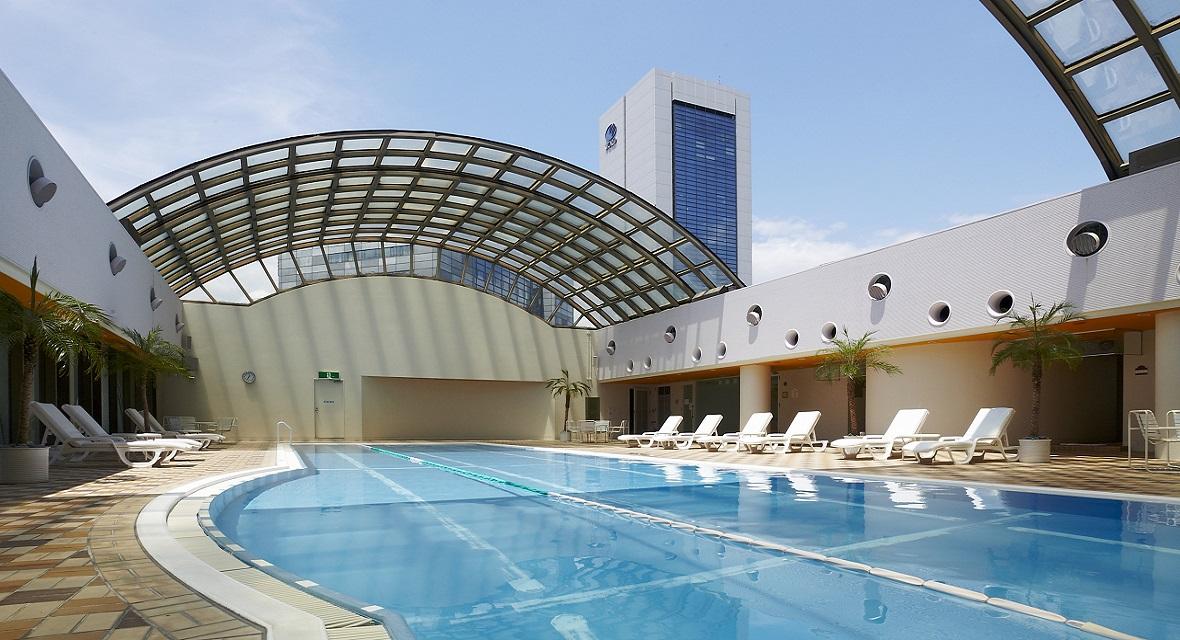 【フィットネス&スパ ルアナ(プール)】屋内温水プール・テニスコート・アスレチックジムなど充実した施設。専任のインストラクターがコンディションに合わせて体力作りをサポートいたします。