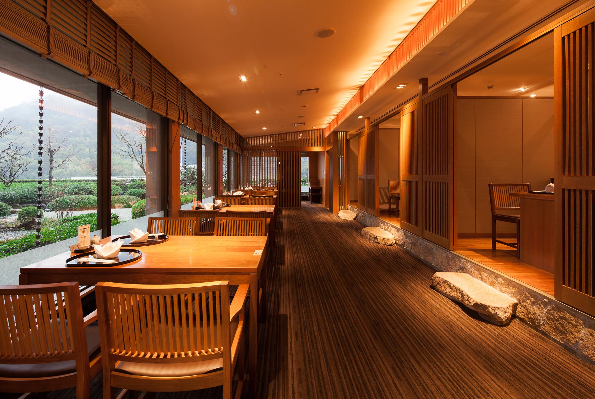 日本庭園を眺めながら、季節の料理をごゆっくりお楽しみください。