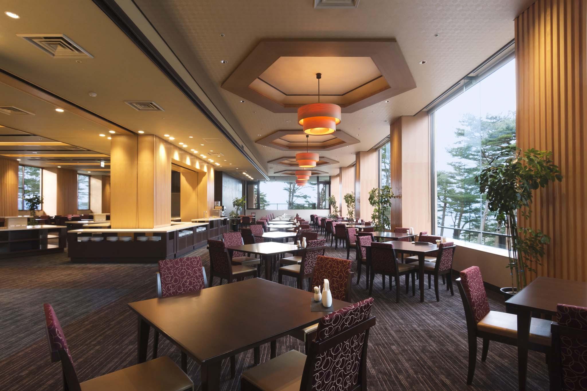 ダイニングレストラン最東端 赤松越しに宮古湾を眺めながらの食事を楽しむことができるダイニング・レストラン。