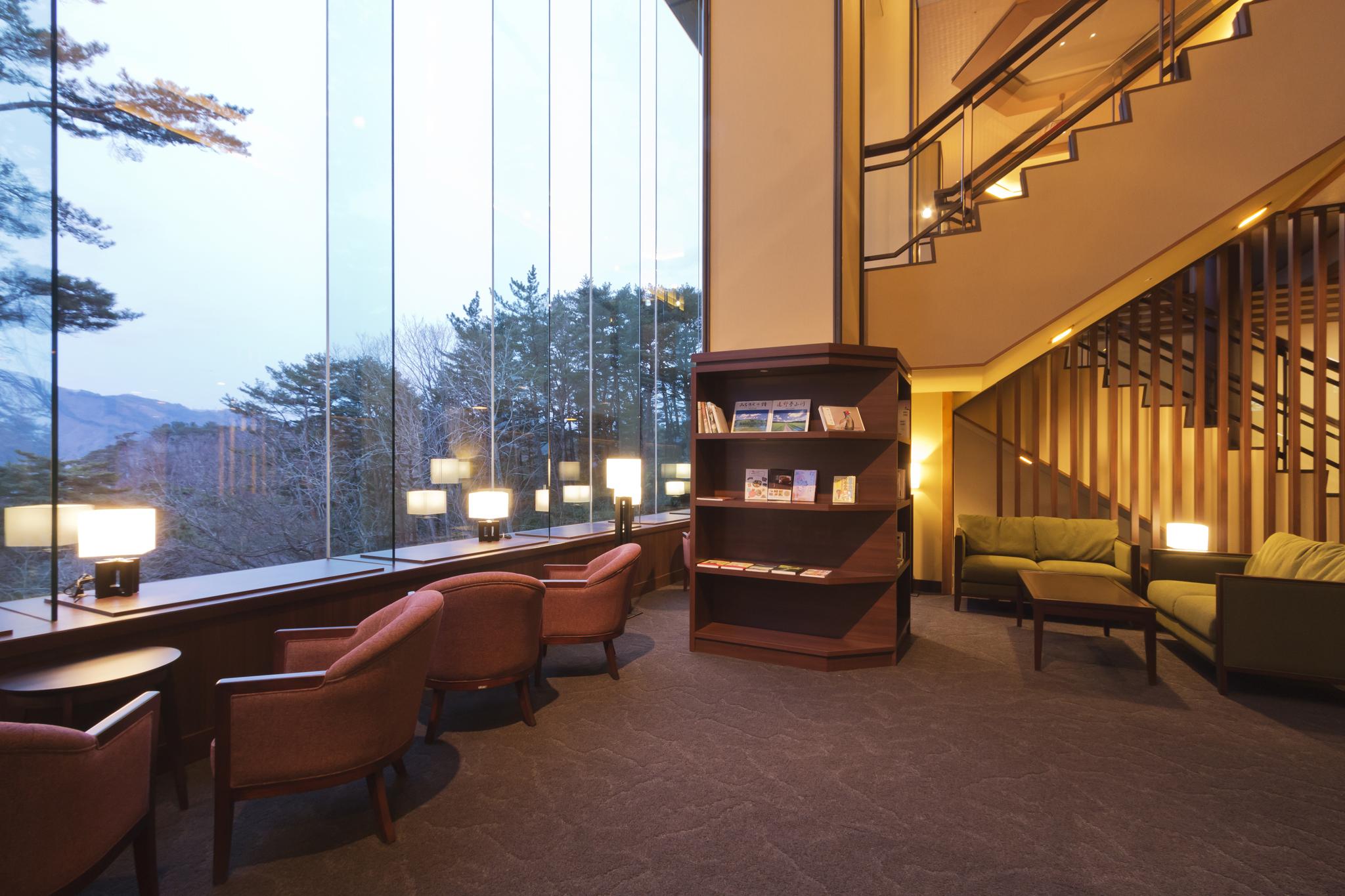 ライブラリーラウンジ ご宿泊のお客様に、館内でゆっくりとお過ごし頂けるライブラリーラウンジが2Fにございます。