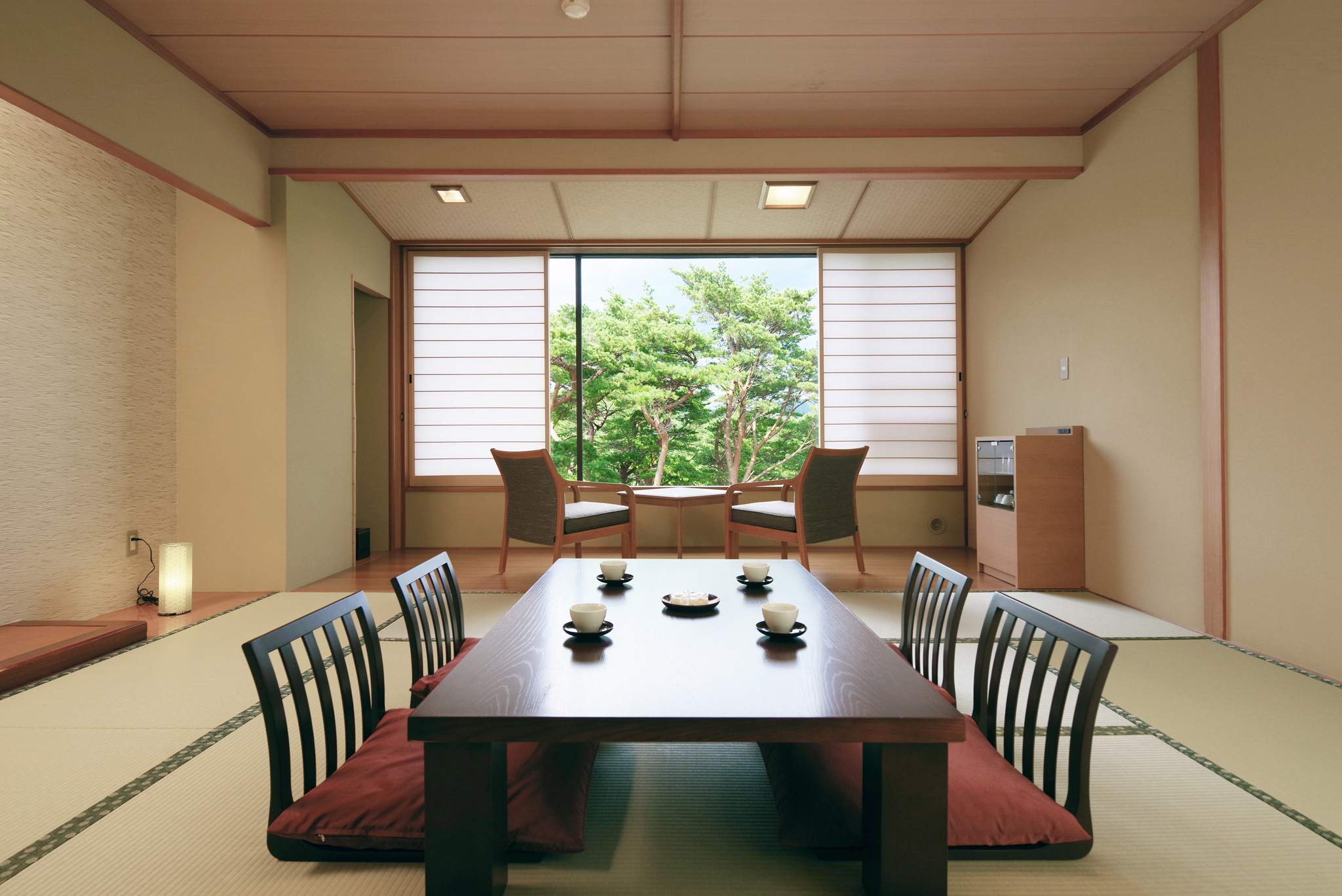 目の前に赤松林が広がり、静かな自然を満喫することのできる素敵な客室です。