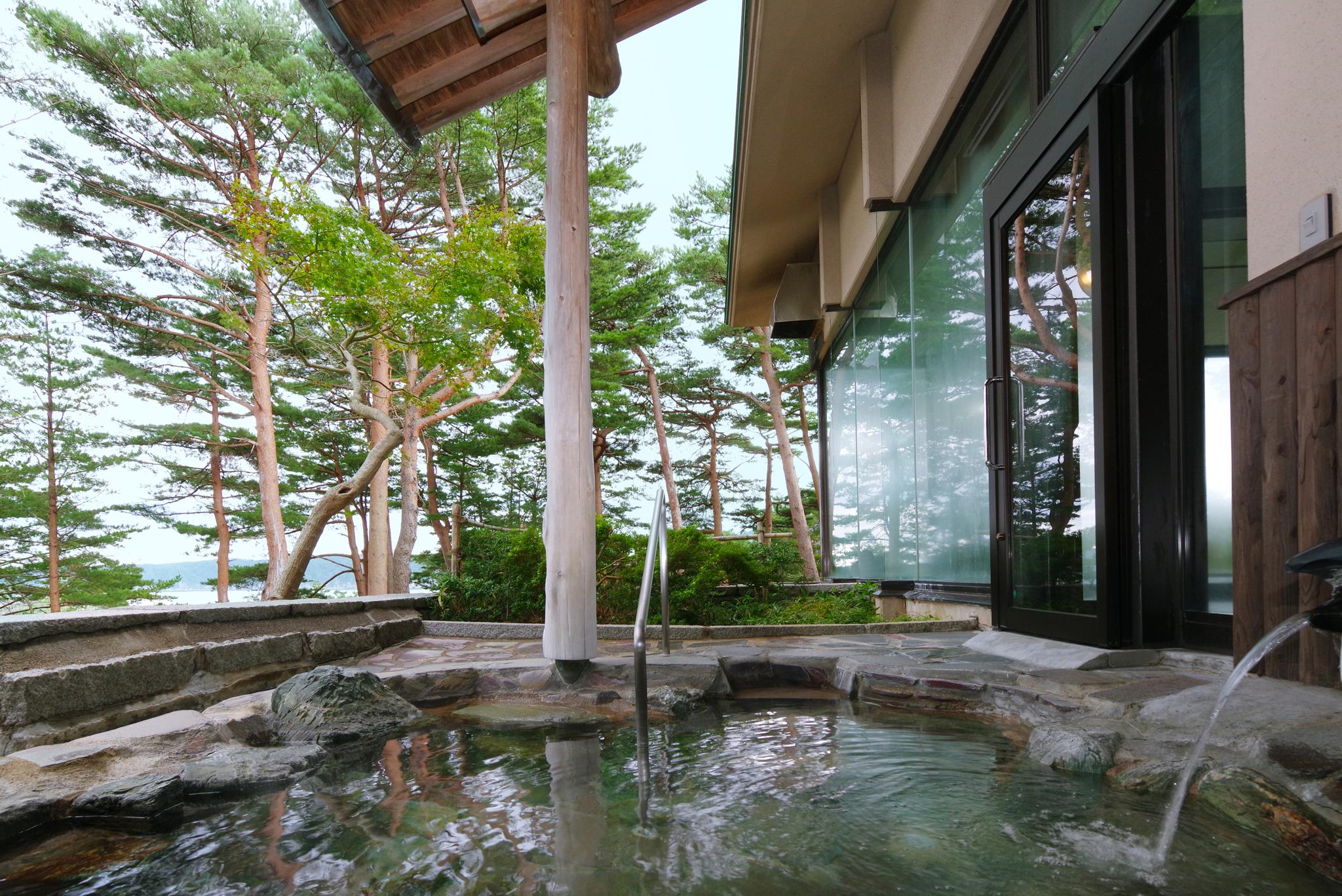 かもめの湯 赤松林に囲まれ、自然の息吹を感じながらゆったりと入浴できる大浴場です。