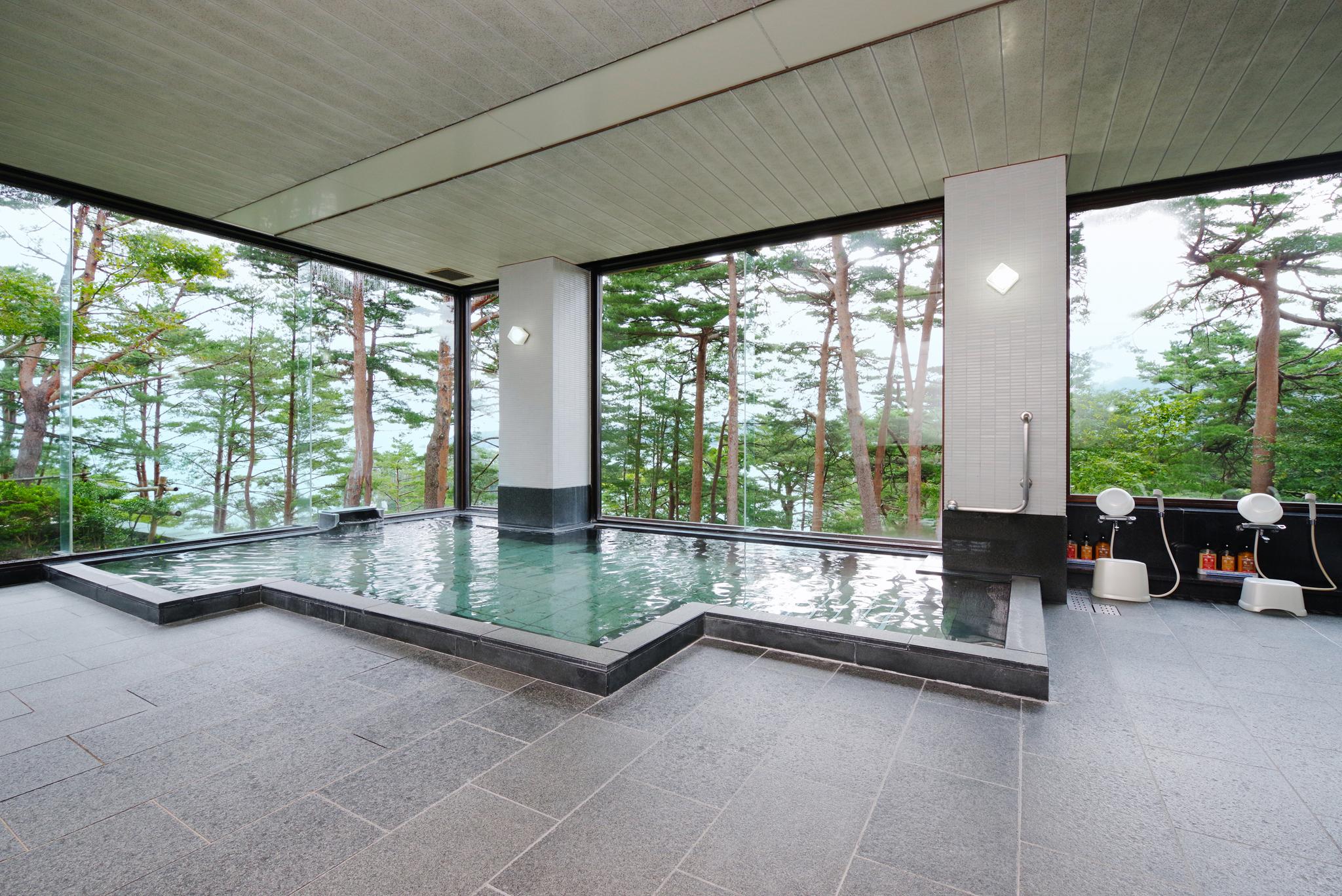 さけの湯 赤松越しに太平洋を臨むロケーションで、季節によっては、本州最東端の街に昇る朝日を見ることの出来る大浴場です。