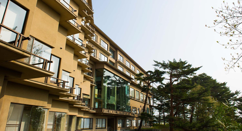 施設全体が広々と開放感あふれ、宮古湾の絶景がお迎えいたします。