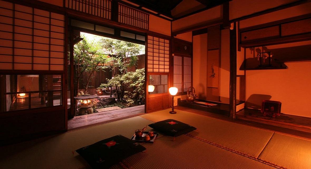 【1階和室(6畳)】床の間と坪庭を眺めながら穏やかなひとときを。