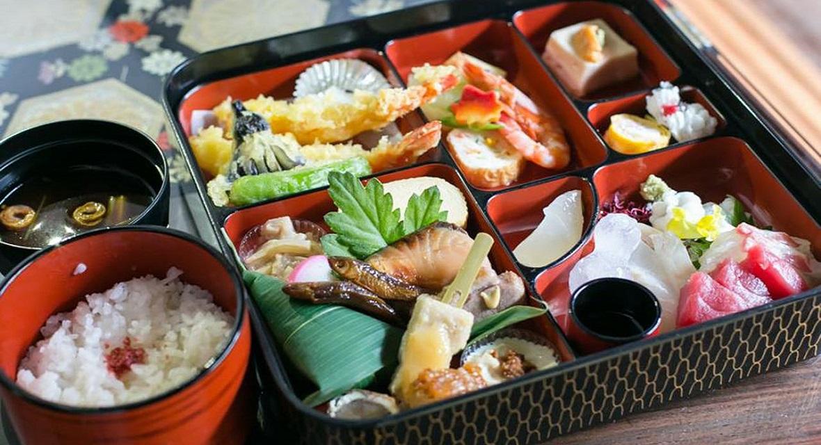 【オプション夕食】4,000円(税サ込):京料理 西陣「松粂」より、京料理弁当夕食をお部屋へお届けいたします。