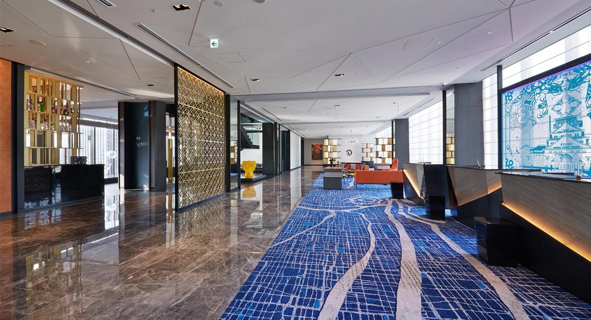 【ロビー】16階のエレベーターが開くと、新鮮な驚きに包まれ、そして一歩進むたびにシーンが切り変わり高揚感が高まります。
