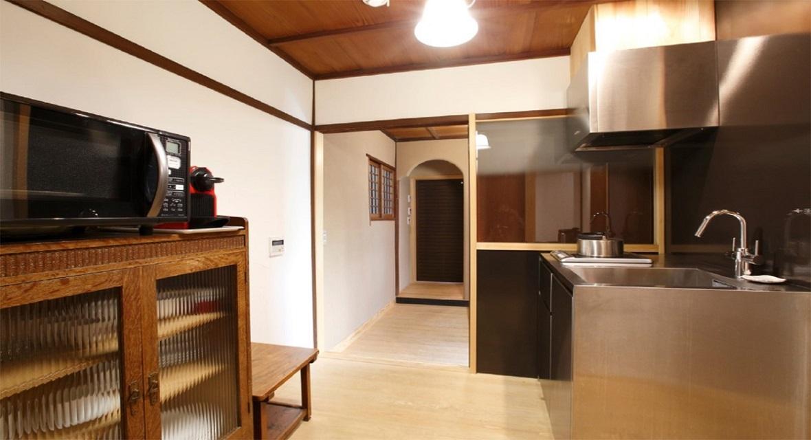 玄関を上がって左手にはキッチンがございます。