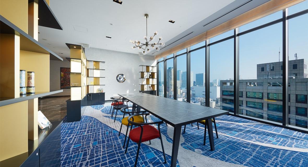 【16階ロビーギャザリングスペース】どなたでも自由にご利用いただける共用スペースです。客室だけではなく気分を変えてお寛ぎください。WIFIも完備でモバイルを持ち込み作業が出来ます。