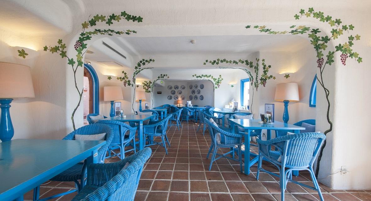 【Cafe Amigo(カフェ・アミーゴ)】カフェ店内席、パティオ席、噴水廻りのカフェテラス席など3つのシチュエーションにて軽食やティータイムをお楽しみいただけます。