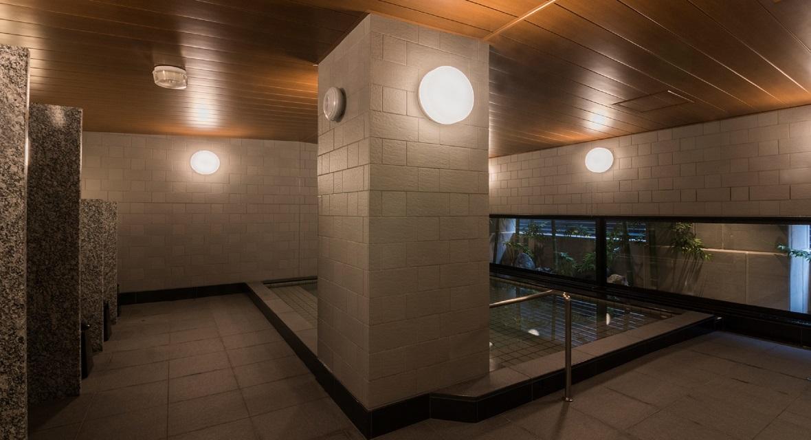【大浴場(女湯)】旅の疲れを癒す大浴場。パウダールームでは基礎化粧品などのアメニティをご用意。