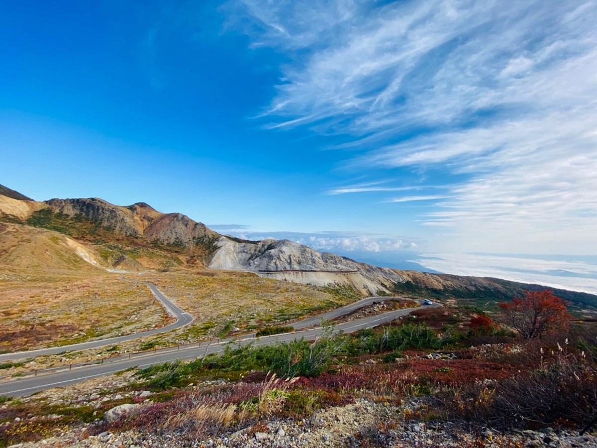 【磐梯吾妻スカイライン】 福島市を代表する紅葉の名所で、日本の道100選にも選ばれています。福島市西方の高湯温泉と土湯峠を結ぶ、全長28.7㎞の山岳観光道路であり日本の道百選に選ばれております。春の雪の回廊から秋の紅葉まで、様々な季節の景色が楽しめます。東北自動車道「福島西IC」より車で約1時間10分。(浄土平まで) ※紅葉後から冬季は通行禁止になります。