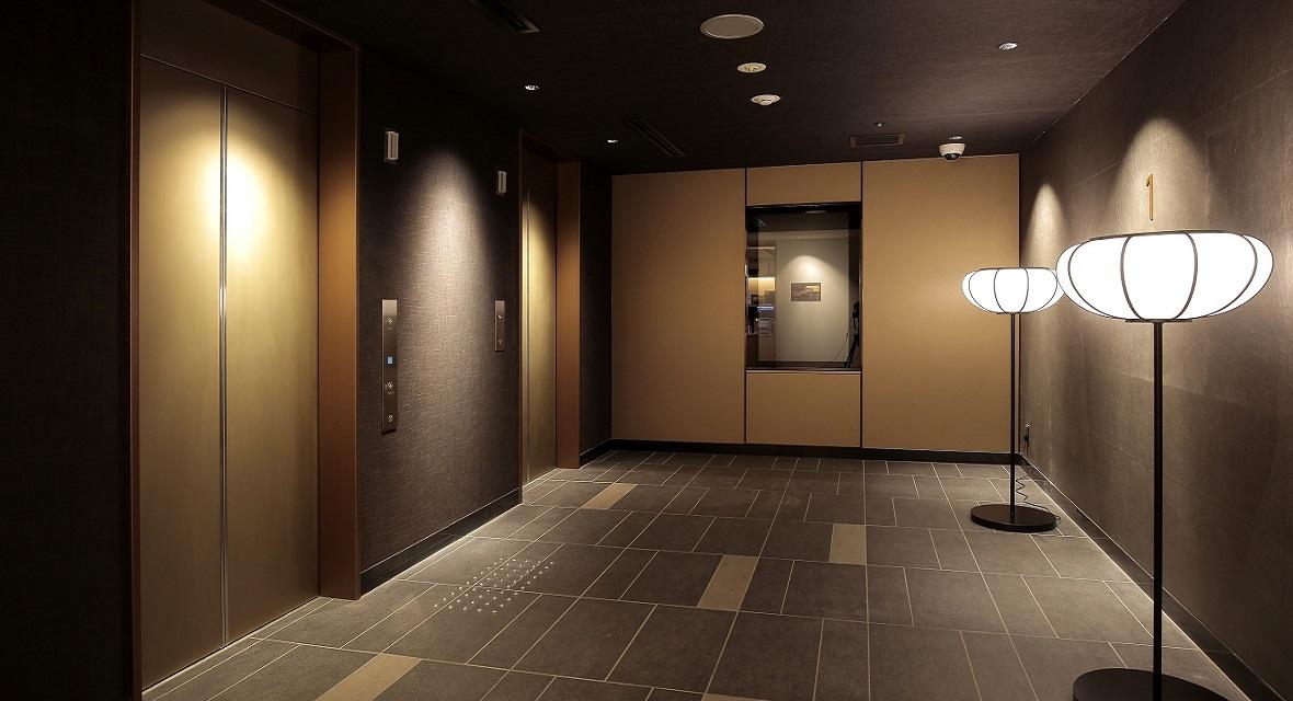 """【アクティブアートウォール】ロビー階のエレベーターホールを日常と非日常をつなぐ空間""""GATE""""と考え、光(映像、照明)と音で演出するデジタルアートの空間。"""