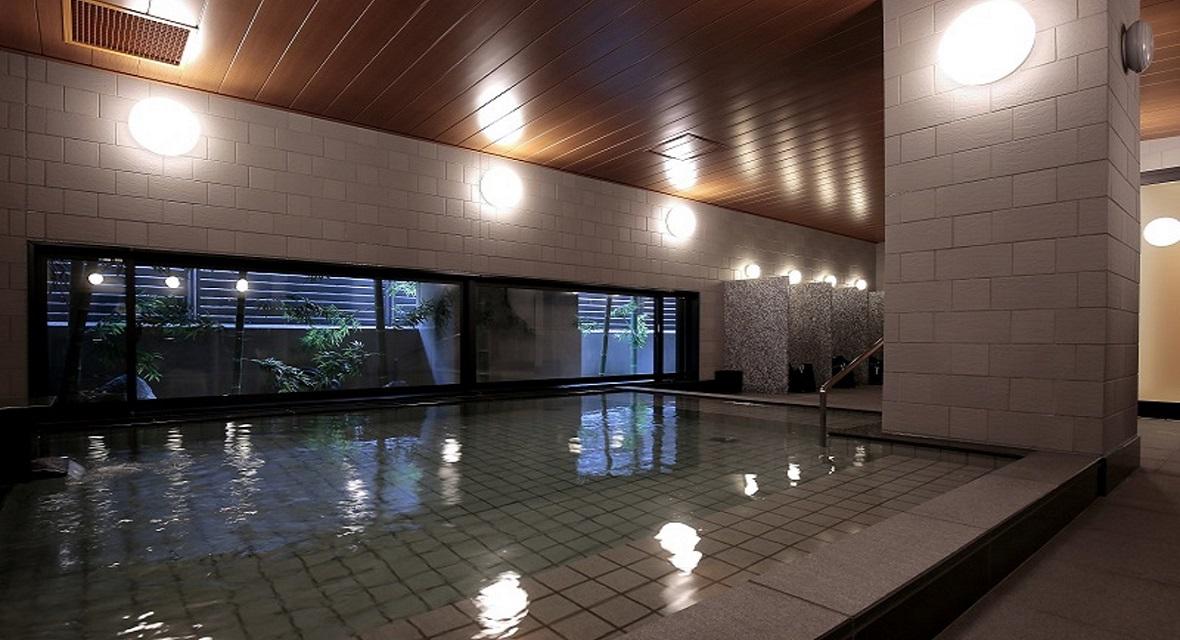 【大浴場(男湯)】旅の疲れを癒す大浴場。ヒーリングルームやお寛ぎいただける湯上りスペースを備え、リラックスできる空間。