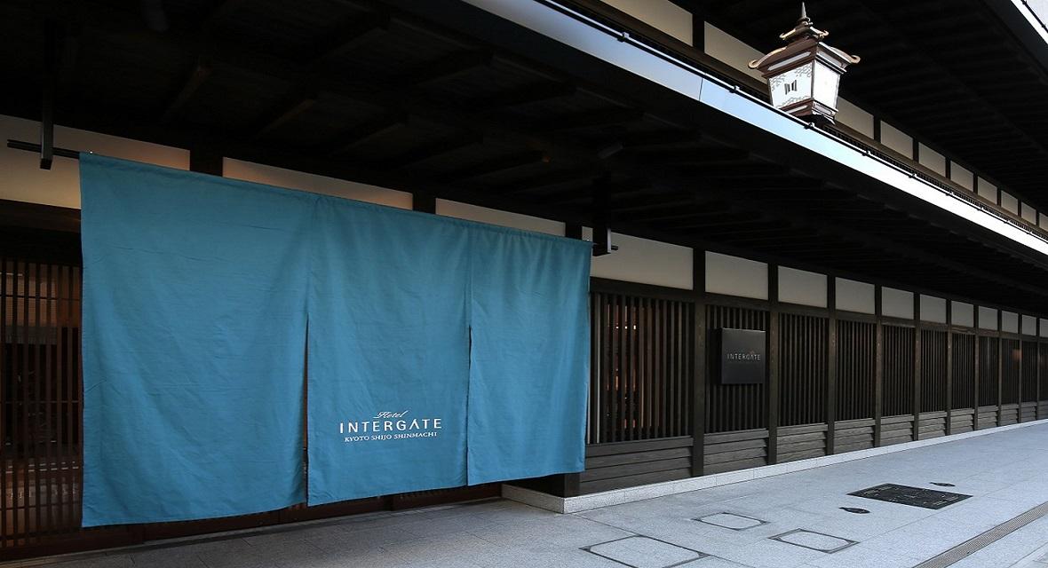 【ホテルインターゲート京都 四条新町】「最高の朝をお届けする」をコンセプトにし、ワーケーションに最適なホテル。季節により「のれん」の色が変わる。(青=夏)