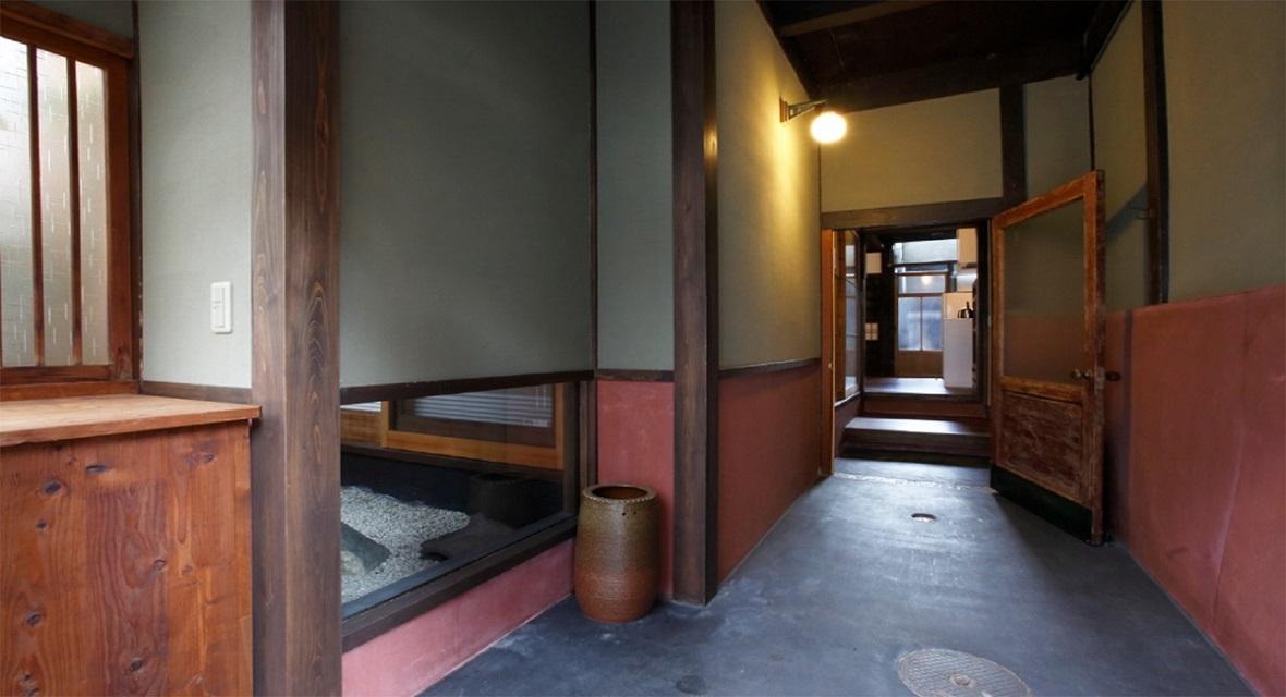 玄関を開けるとすぐに見えるのは、昔の面影をそのまま残した京町家のつくり。