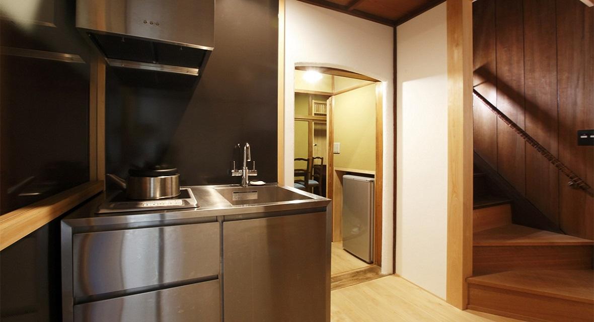 【キッチン】IHクッキングヒーター、冷蔵庫、電子レンジなど完備。