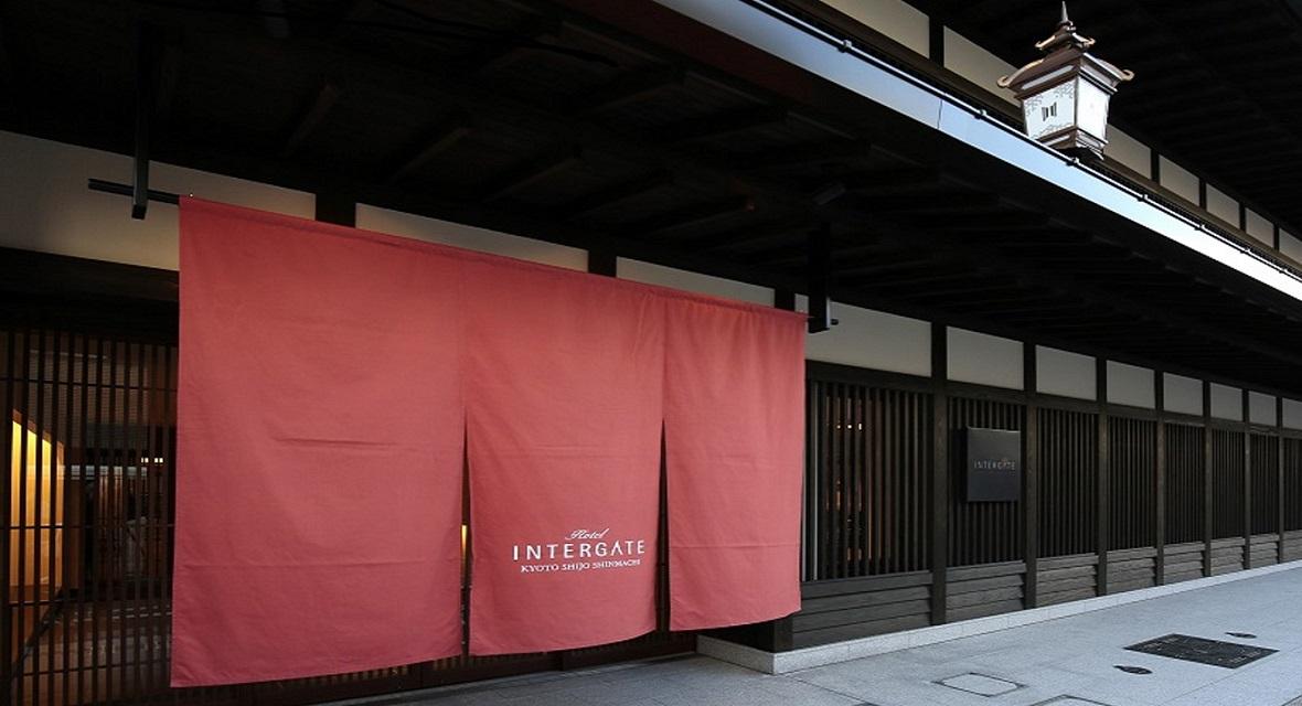 【ホテルインターゲート京都 四条新町】「最高の朝をお届けする」をコンセプトにし、ワーケーションに最適なホテル。季節により「のれん」の色が変わる。(赤=春)