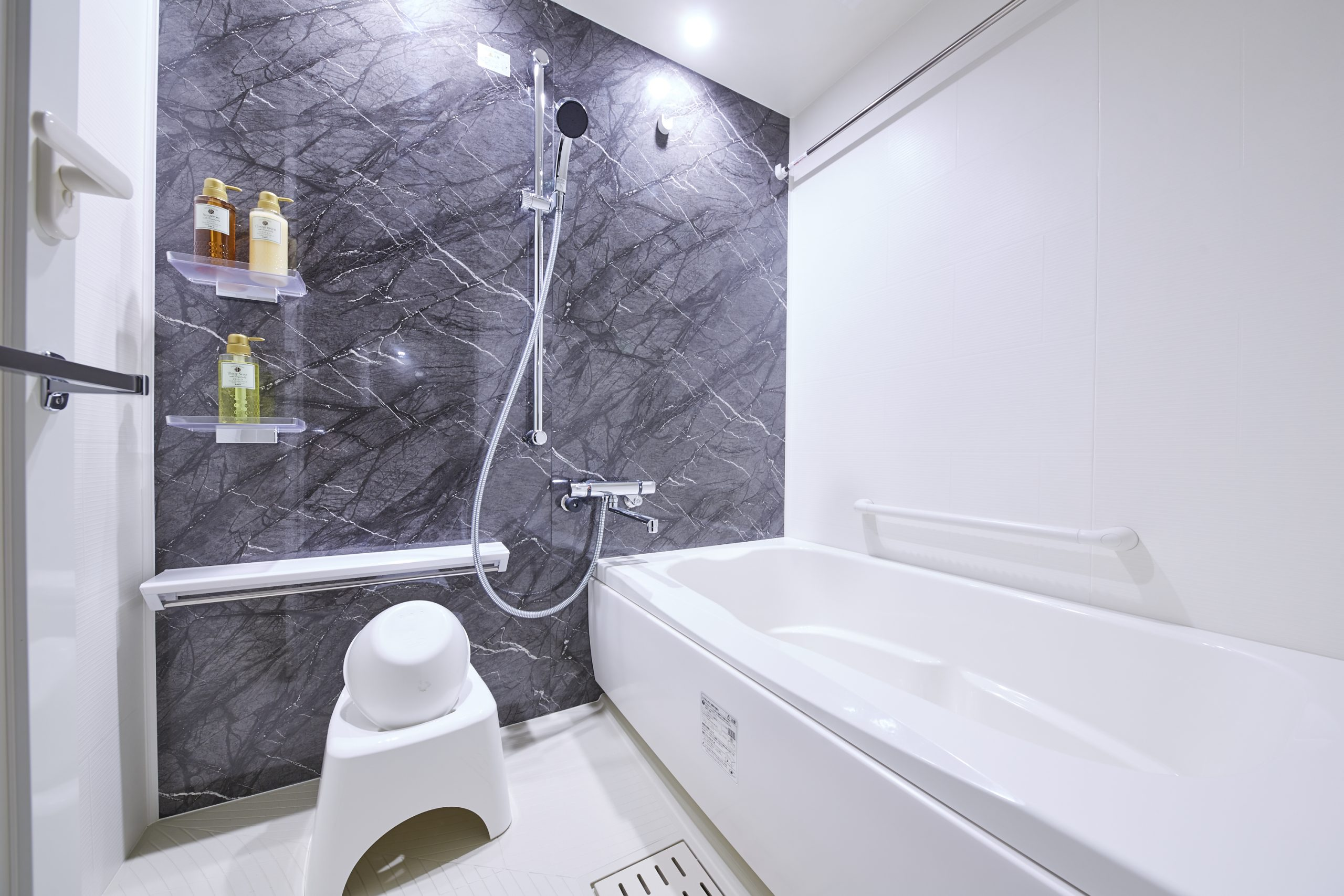 清潔感ある広々としたバスルーム アメニティも充実しています