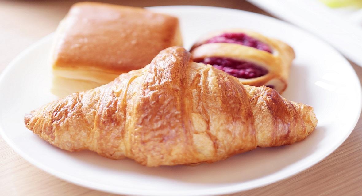 朝食(有料)では、焼きたてのパンをお召し上がりいただけます!