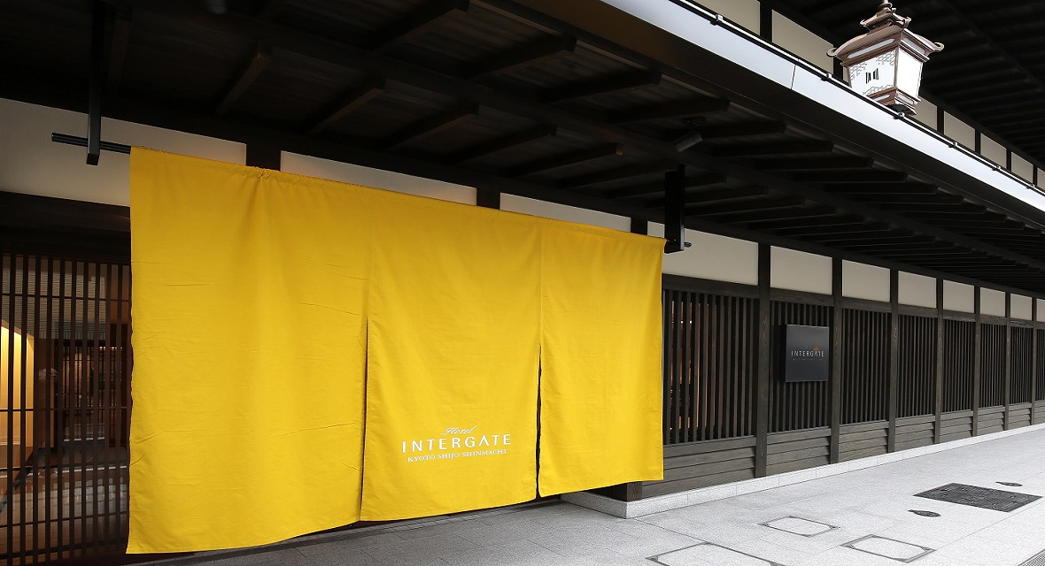 【ホテルインターゲート京都 四条新町】「最高の朝をお届けする」をコンセプトにし、ワーケーションに最適なホテル。季節により「のれん」の色が変わる。(黄=秋)
