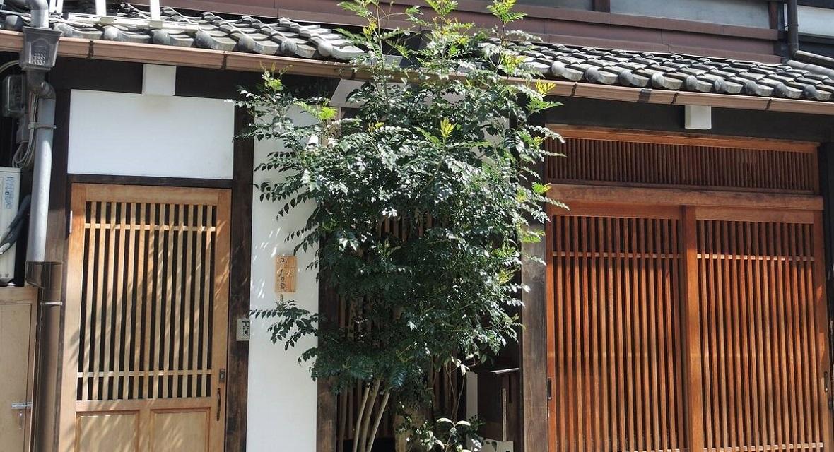 【京町家 雅 釜座邸 かみ座庵】左側の扉が、「かみ座庵」の入口です。