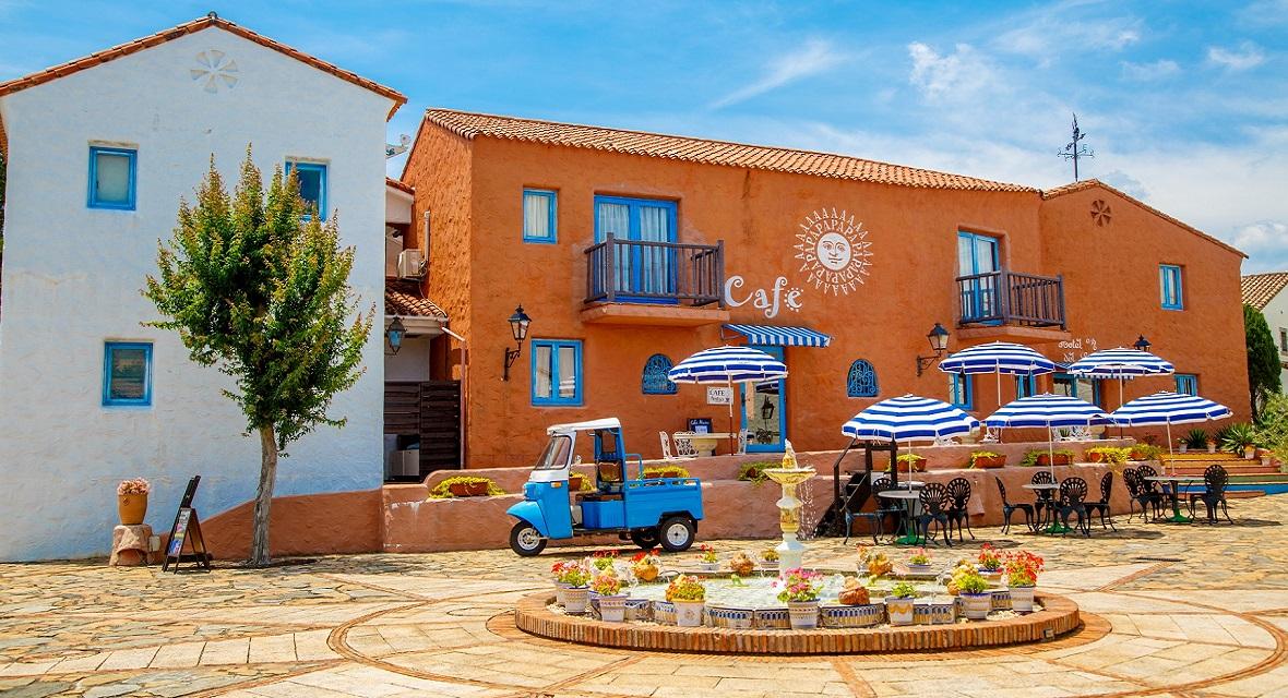 【Cafe Amigo(カフェ・アミーゴ)】地中海ブルーを基調としたカフェで、スイーツやドリンク、軽食を。晴れた日はテラスや中庭でもお楽しみいただけます。