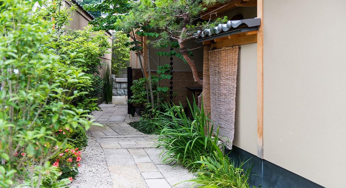【エントランス】建物の手前にある小道の一番奥に玄関がございます。