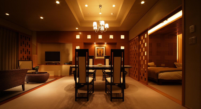 【客室内】高級感あるダイニングテーブル
