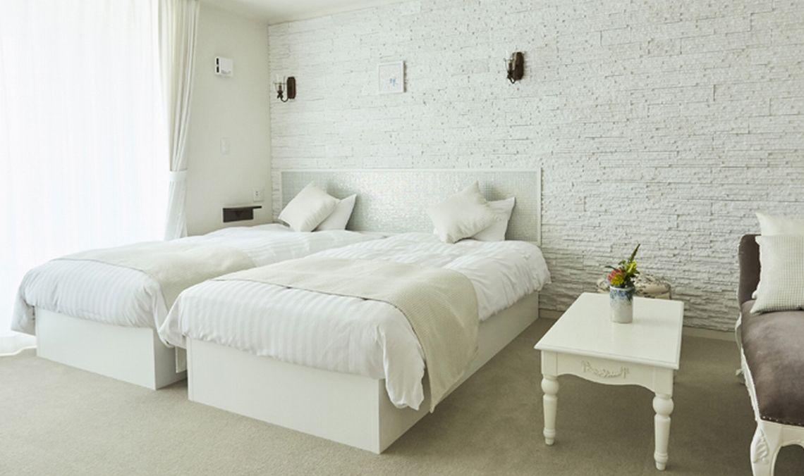 テラス付き、白を基調としたツインタイプのお部屋です