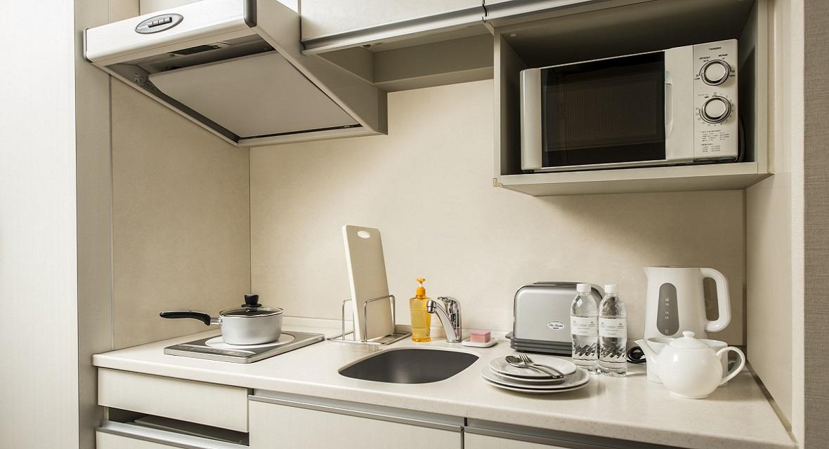お部屋にキッチンもあり、調理器具や食器類も完備しております。