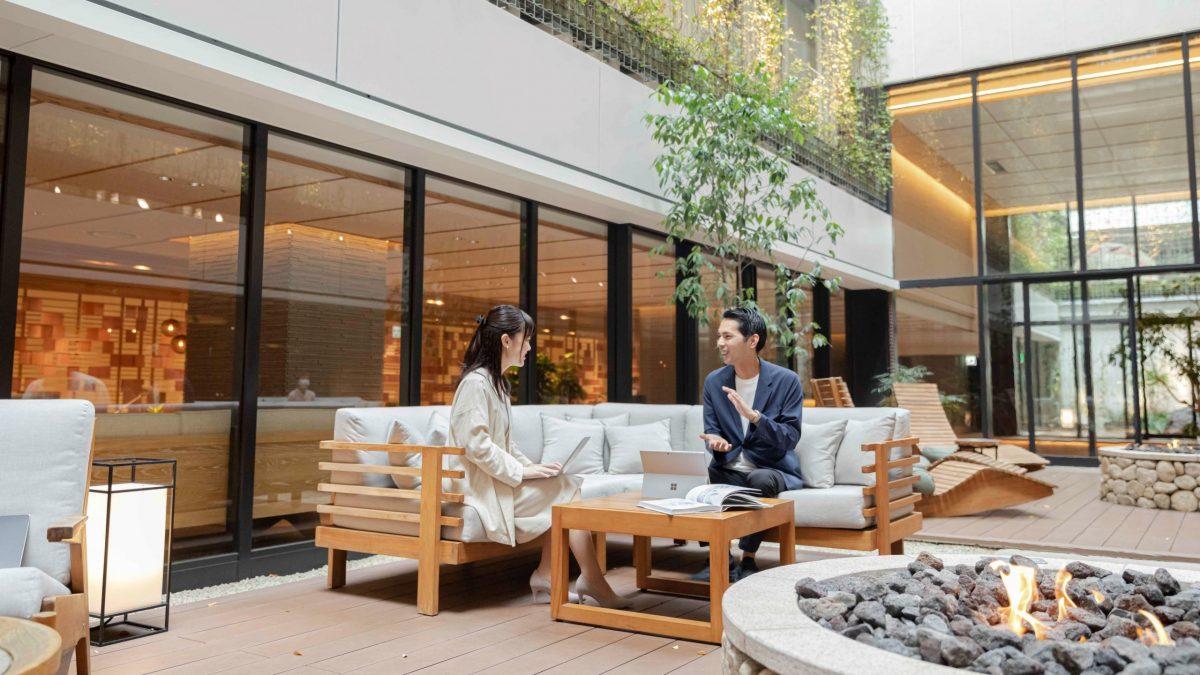 開放的な中庭でもネット接続可能。環境や健康に配慮したホテルでワーケーション滞在を