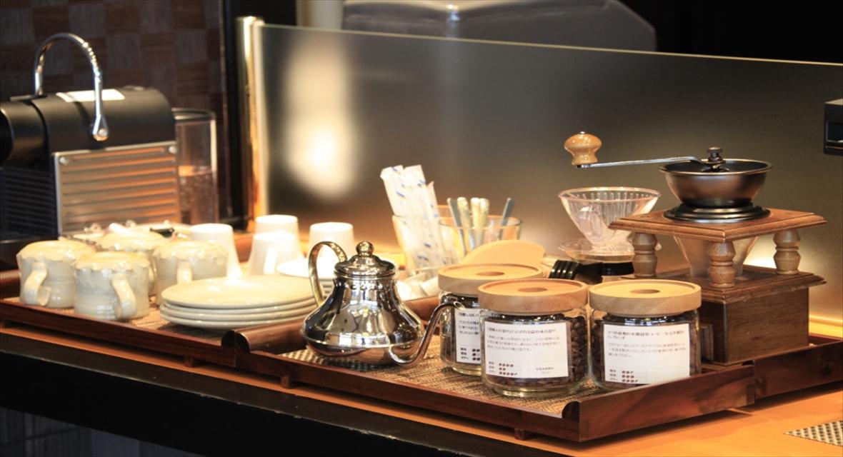 【ラウンジ「さざ波」】厳選したコーヒーやハーブティをご自由にお召し上がりいただけます