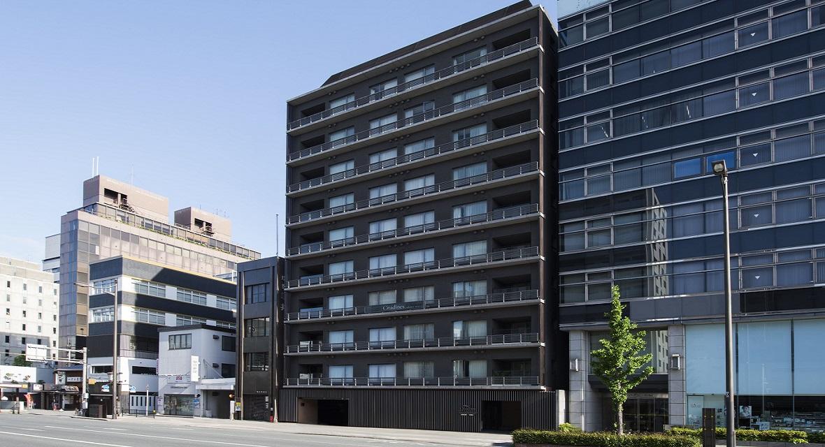 京都駅から地下鉄で1駅の五条駅から徒歩2分の場所にあるサービスレジデンスです。