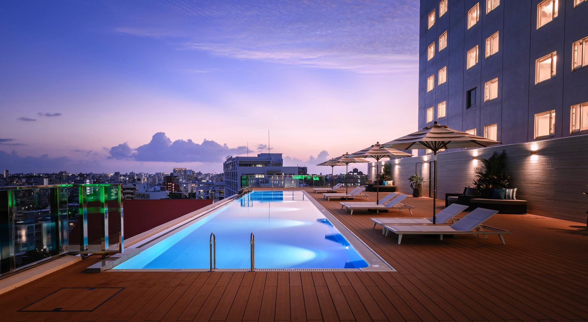 首里の丘から見晴らす風景と一体となったホテル自慢のインフィニティプール