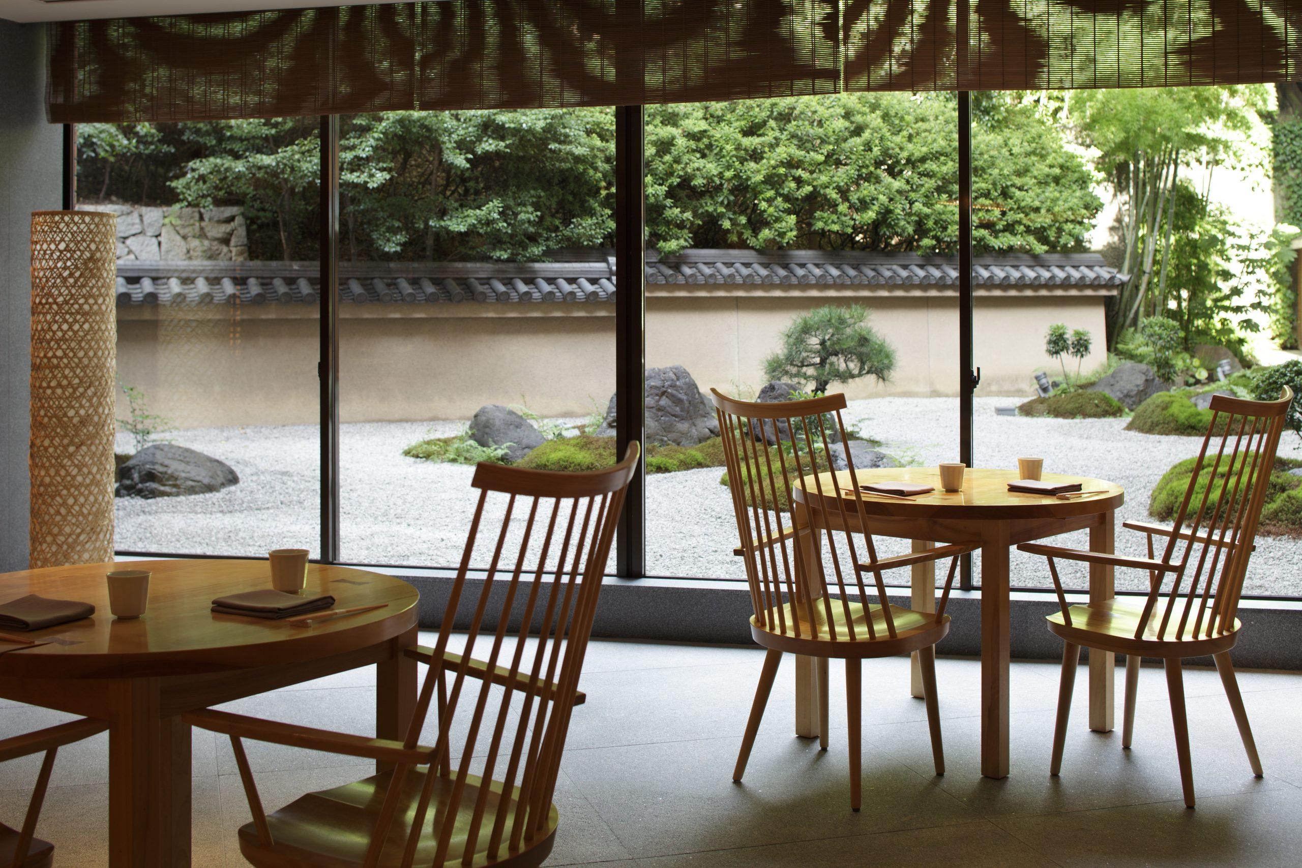 四季折々の旬を味わうコース料理、寿司を種類豊富な地酒や銘酒とともにお楽しみいただける『東山(Touzan)』