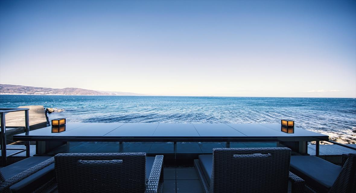 足湯バー【静海】:打ち寄せる波の音をBGMにお寛ぎください。<ご利用時間>14:00~16:30 ※無料でスパークリングワインをご提供しております
