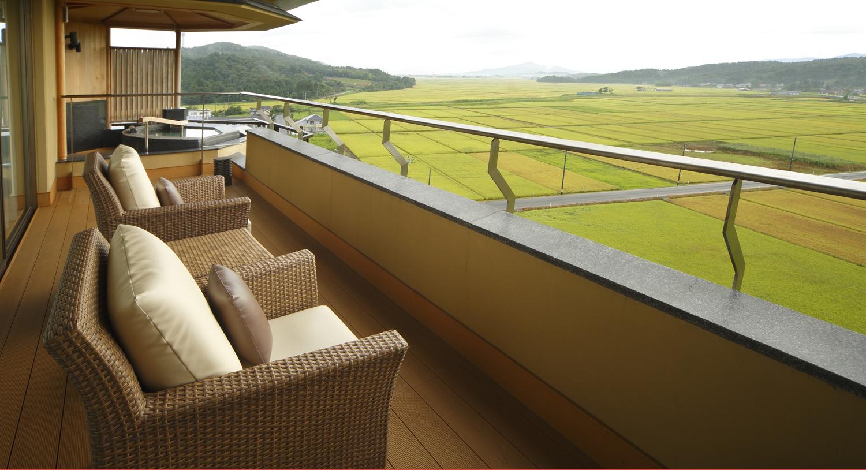 客室のテラスからは四季折々の田園風景が望めます