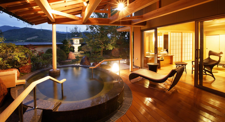 【プライベートスパ「星の舟」】 1スペース(60分6名様まで)4,400円(税込)  後の里山に湧き出る名湯「白玉の湯」。 その広い露天風呂を独占できる、お部屋付きプライベートスパゾーン。 ご予約をいただいたお客様だけのプレミアム・バスタイム。 お部屋部分には6畳のお休み処と洗面台、トイレを設置。 露天風呂につながるデッキには椅子とベッドをご用意いたしました。 バリアフリーにも対応した安心・充実のプレミアムゾーンです