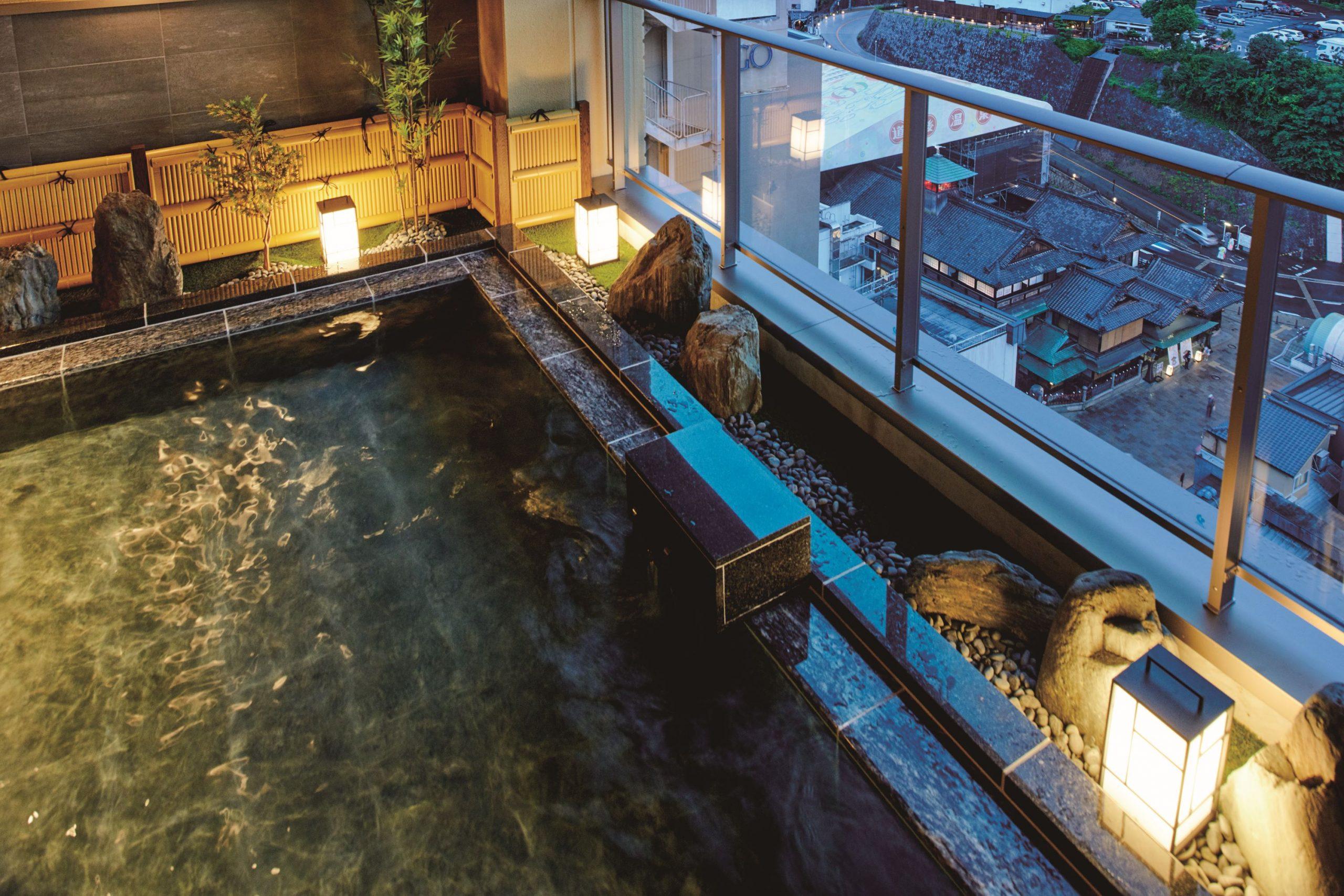 松山市内を一望する絶景と日本最古の湯を楽しむ