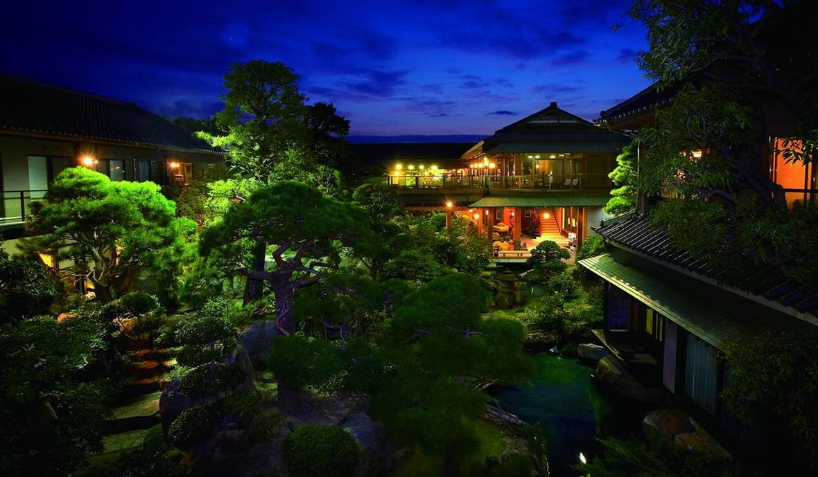数十年の歳月を費やし全国各地から集めた巨岩、奇石、銘石が四季折々に美を装う壮観な日本庭園
