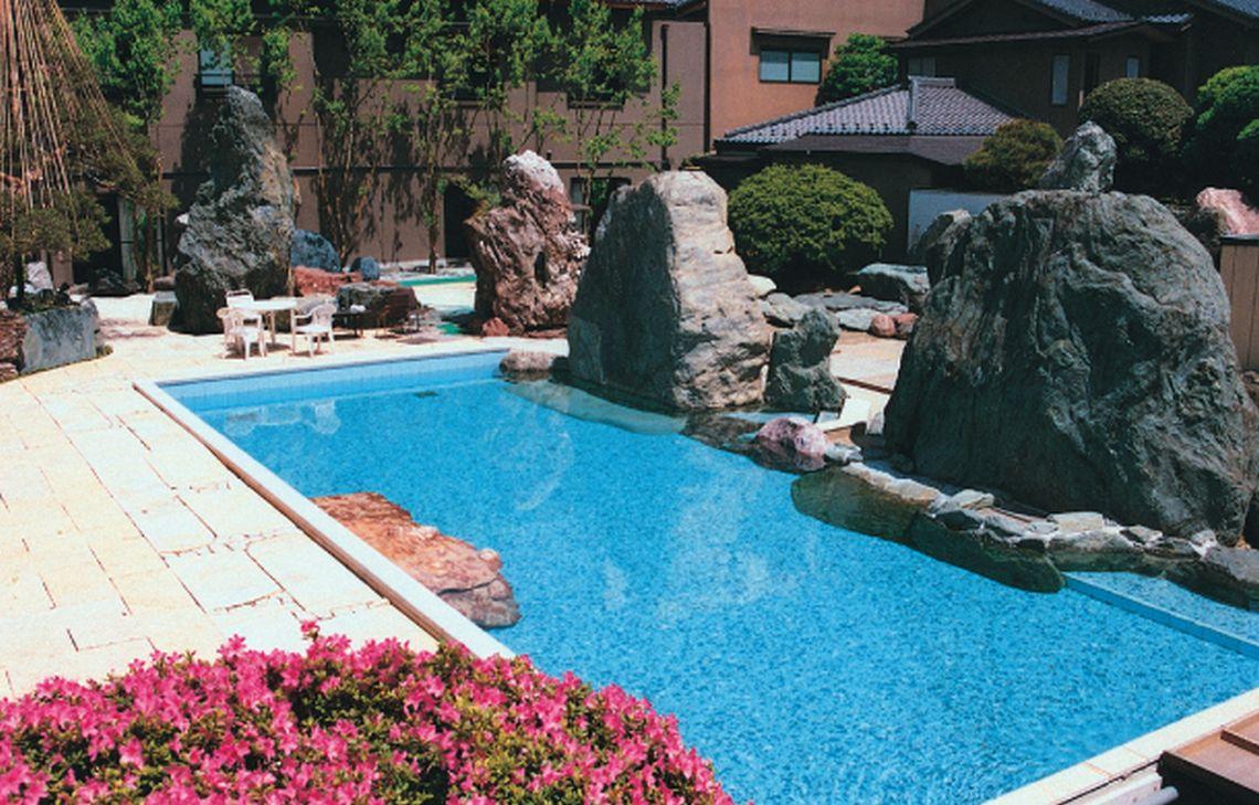 ガーデンプールは暑い夏の日の人気スポットです。