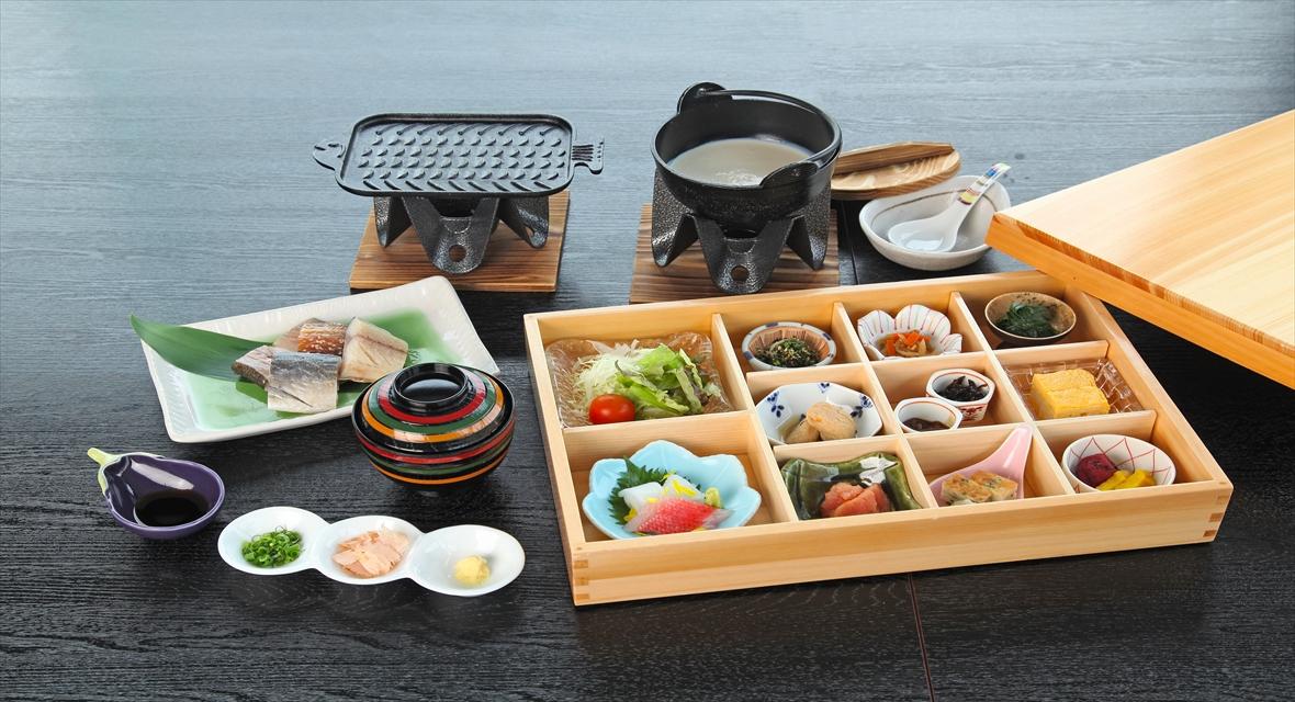 【朝食・海鮮ご膳一例】メインの焼き魚は伊豆名産の 厳選された干物をお客様に 存分に堪能して頂きます。 お刺身や小鉢など、彩り豊かな お料理をお楽しみ下さいませ