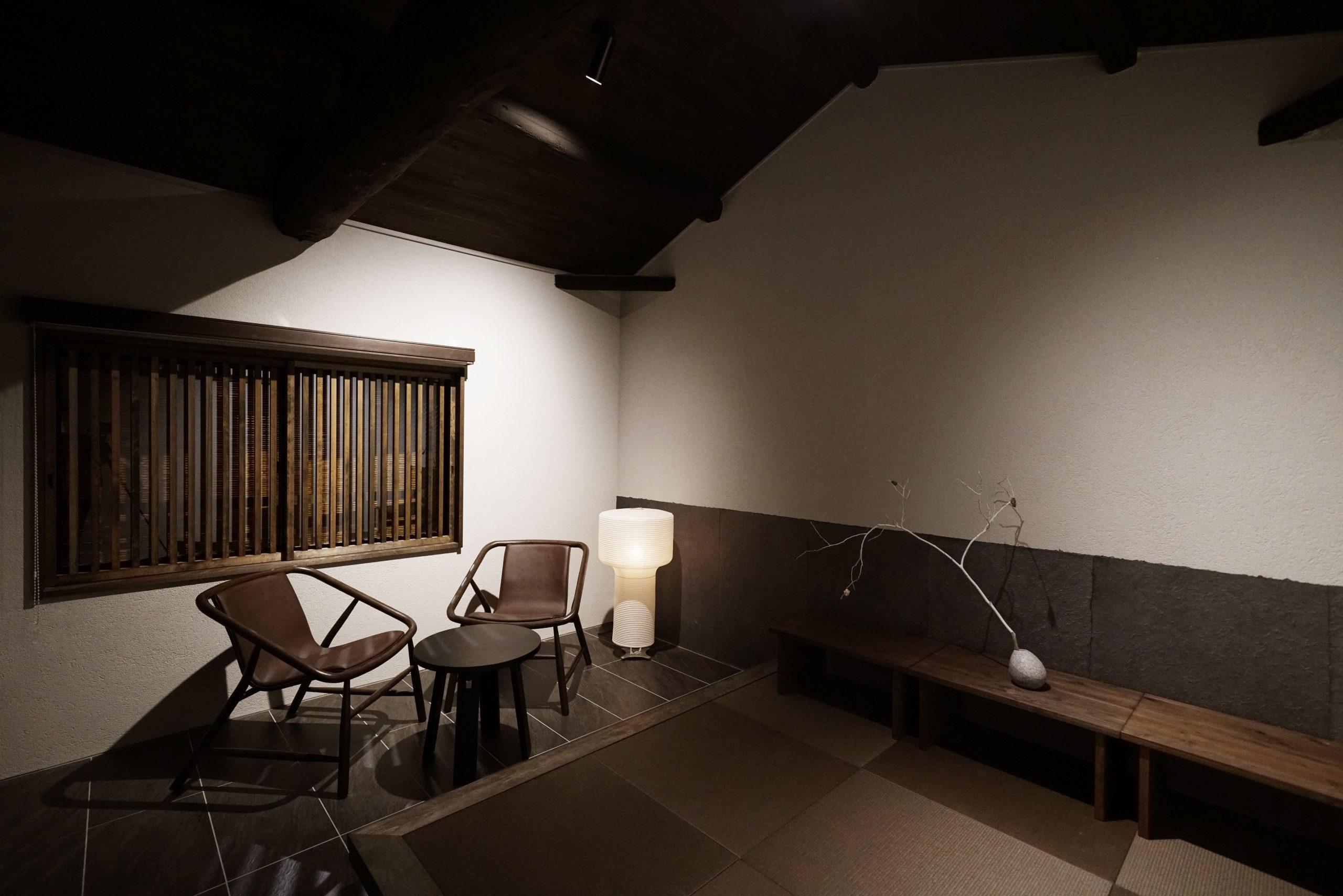 1階のベッドルームと布団を敷くことのできる小上がりの畳を備えた2階で構成されるデラックスタイプの客室「IWA」
