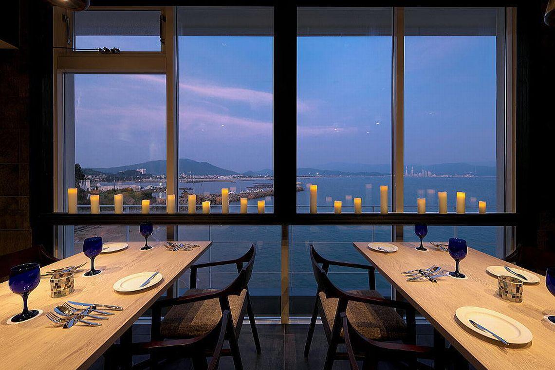 レストラン・テラスからの和歌浦湾の景色・夜景もお料理のスパイスの一つです。