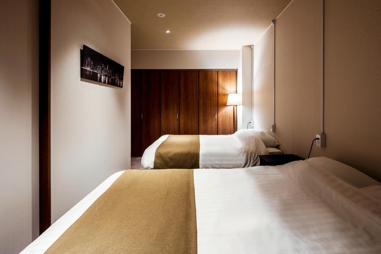 高級マットレスを導入したベッドルーム、スマートテレビなどの最新家電付き