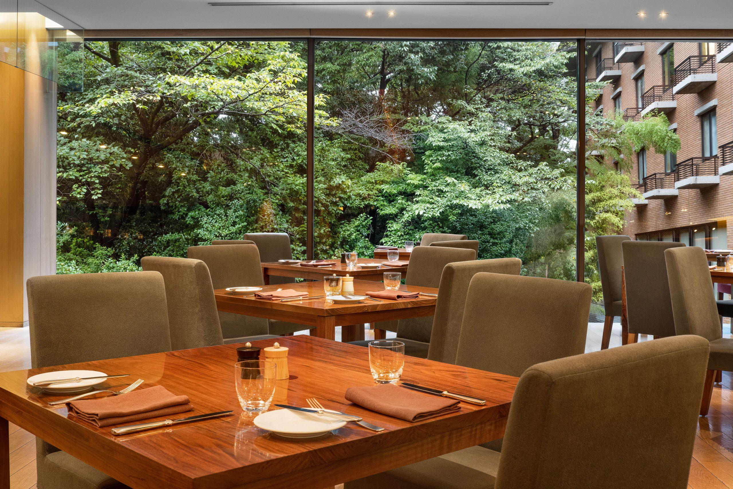 四季で彩りを異にする中庭を望む『ガーデンラウンジ』