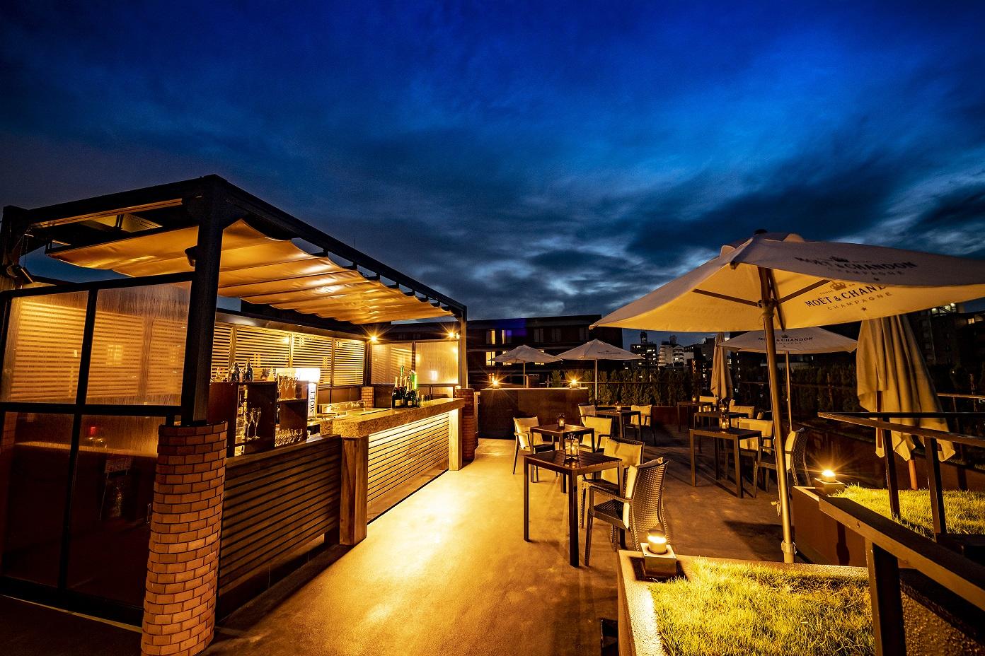【ROOF TOP BAR】バーのコンセプトは 「大人の隠れ家バー」。京都東急ホテル和洋中のレストランよりお酒に合うフードやスナックをご用意。