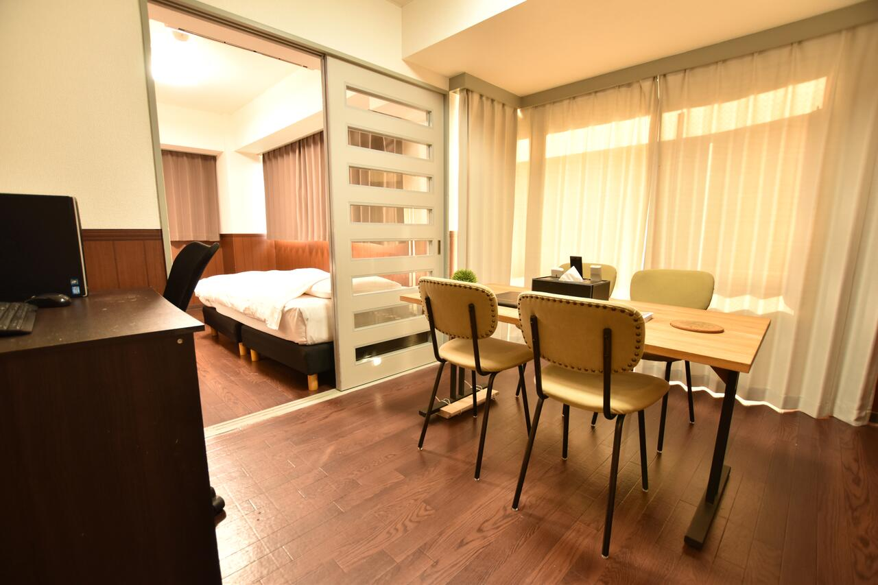 レトロな雰囲気を感じさせるウッドフロアーが部屋中に広がるリビングルーム